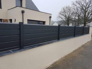Cloture-aluminium-cancale-avec-couvertine-bleu-dasie-300x225
