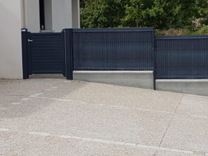clôture-nylofor-avec-occultants-et-portillon-aluminium-300x225